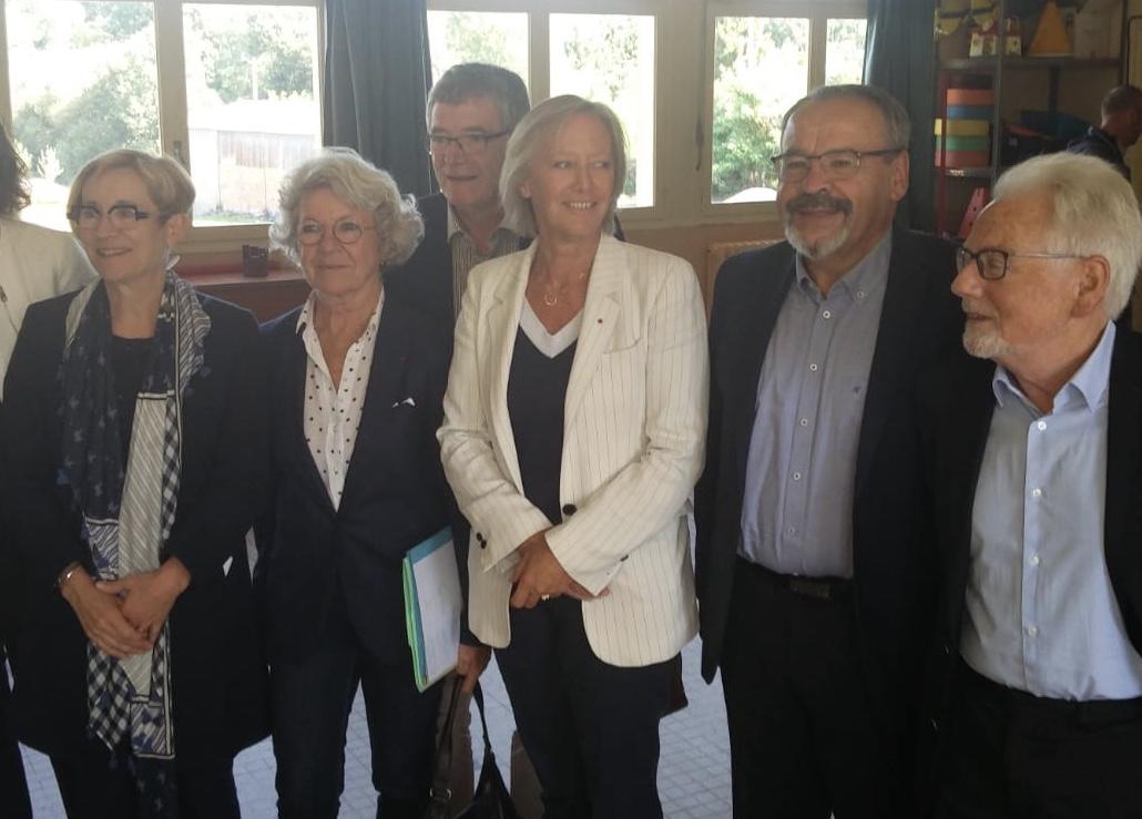 Sophie Cluzel au centre accompagnée de Dominique Gillot à sa droite